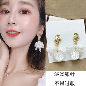 Wholesale Korean White Acrylic Flower Petal Drop Earrings For Women's Fashion Statement Shell Flower Trend Alloy Pendant Earring Jewellery VGE183